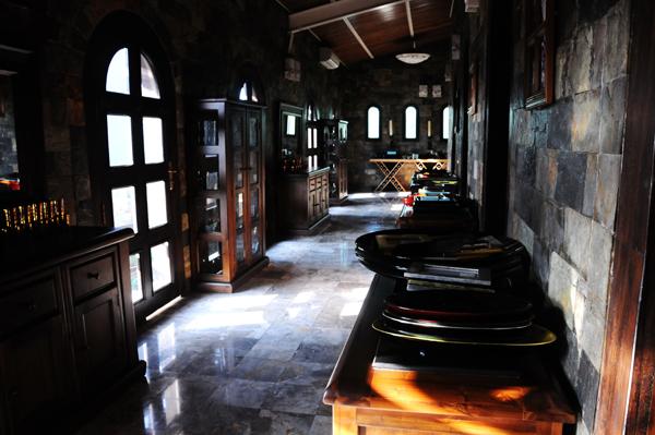 Với phong cách cổ điển, nội thất của lâu đài chủ yếu bày trí bằng gỗ