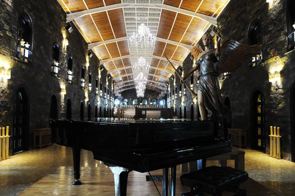Showroom nội thất mang phong cách cổ châu âu, nơi trưng bày những đồ nội thất bằng gỗ