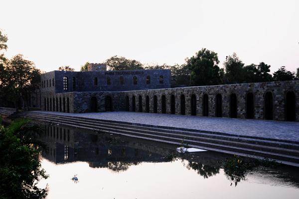 Bên ngoài các lâu đài là bức tường thành kiên cố bằng đá, nơi đây cũng là phim trường