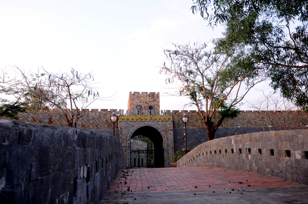 Cổng vào lâu đài được thiết kế đặc biệt như cổng thành hoàng cung thời cổ.