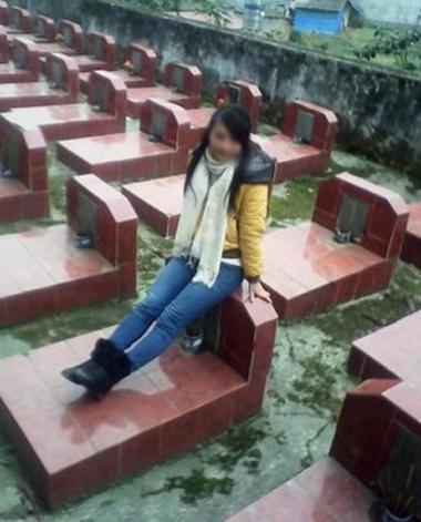 Hình ảnh nữ sinh ngồi lên mộ liệt sĩ