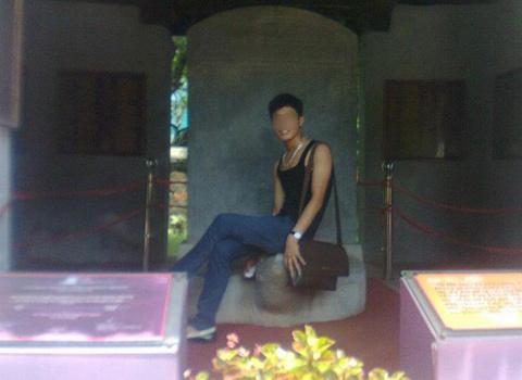 Khởi đầu cho 'trào lưu' ngồi lên di tích lịch sử này là nam sinh xuống Hà Nội thi đại học hồi tháng 7/2012.