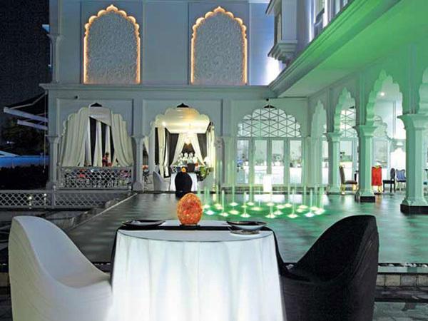 Tòa lâu đài siêu sang màu trắng trị giá lên tới 15 triệu USD là một tác phẩm nghệ thuật cao cấp mà Khải silk mở cửa cho tất cả mọi người cùng ghé thăm và thưởng ngoạn.