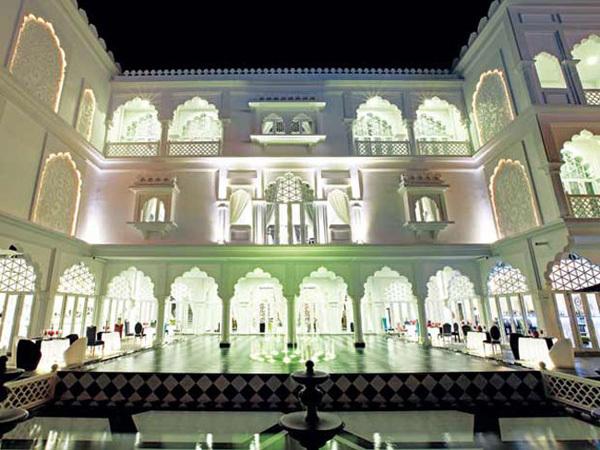 Lấy cảm hứng từ ngôi đền Taj Mahal (Ấn Độ), chủ nhân của lâu đài trắng - muốn mang không khí huyền hoặc, tráng lệ ấy về Sài Gòn, nhưng hiện đại hơn, gần gũi hơn.