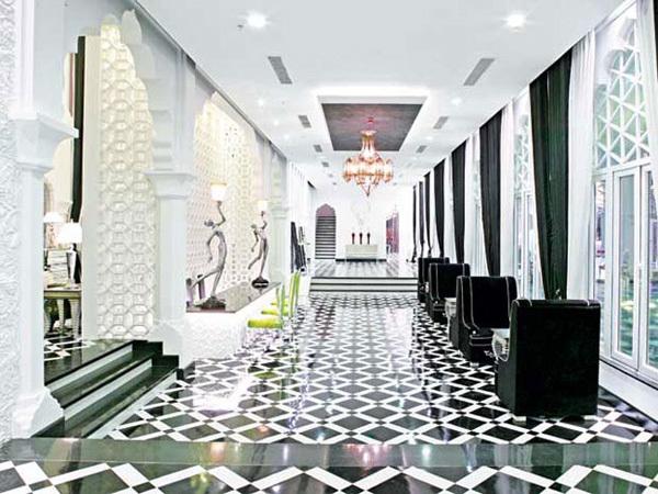 Căn hộ với 19 phòng, mỗi phòng được thiết kế kiến trúc hoàn toàn khác biệt, toàn bộ nội thất chỉ với hai gam màu chủ đạo trắng và đen, điểm xuyết một chút ánh đỏ từ những hoa văn trên chiếc khăn quàng của thiếu nữ Ấn Độ, hay một chút bạc kiêu sa từ bộ đồ ăn hoàn toàn của Versace.