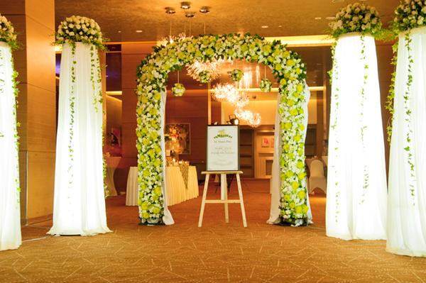 Cổng hoa cưới sang trọng với sắc màu xanh olive kết hợp cùng lụa trắng.