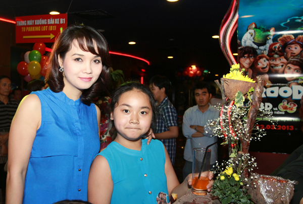 Hai mẹ con diễn viên Mai Thu Huyền ton sur ton váy xanh.