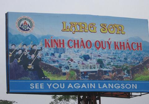 Trên quốc lộ 1B đoạn ranh giới giữa tỉnh Lạng Sơn và Thái Nguyên có treo các panô chào mừng và hẹn gặp lại bằng Tiếng Anh và tiếng Việt