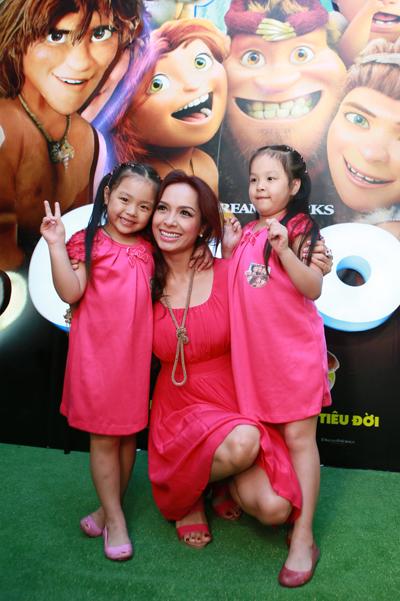Hai bé Suli và Suti cũng được giám khảo Vietnam's Got Talent diện váy hồng điệu đà như mẹ đến xem phim hoạt hình.