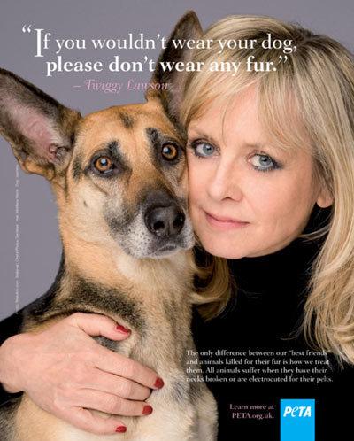 Twiggy chụp ảnh cùng cún cưng Jasmine trong chiến dịch cổ động tẩy chay dùng trang phục lông thú do Hội bảo vệ động vật PETA chủ trì.