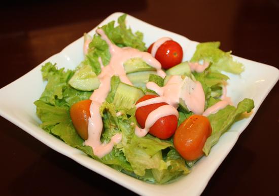 Salad sốt dâu tằm với vị chua chua đặc trưng.