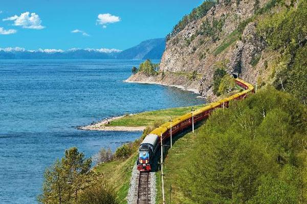Bắt chuyến tàu trên đường sắt cổ Trans-Siberian đi từ Bắc Kinh (Trung Quốc) tới Moscow (Nga).