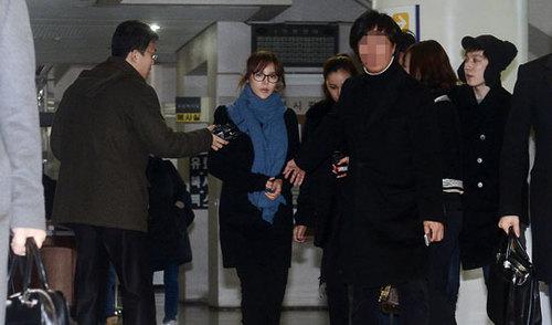 Park Shi Yeon đến dự phiên xử tại Viện kiểm sát Trung ương Seoul sáng nay 25/3. Trước đó, cô bị cáo buộc vì hành vi sử dụng propofol 98 lần trong khoảng thời gian hai năm từ 2011 đến 2012.