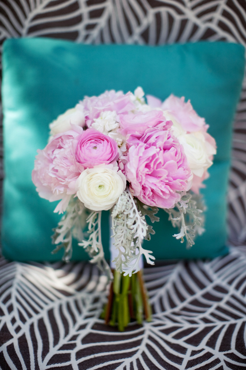 Hoa mao lương trắng và hồng kết hợp cùng hoa mẫu đơn nhẹ nhàng.