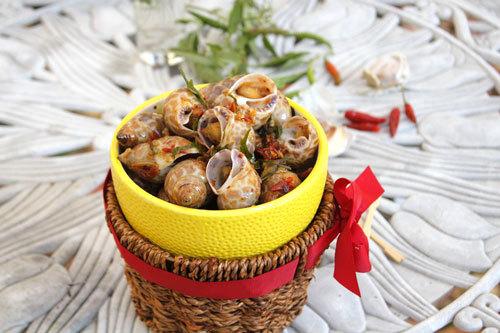 Thịt ốc hương giòn, ngọt được xào cùng với tỏi ớt thêm dậy mùi. Mùi thơm của lá chanh và cay nồng của ớt, vừa ăn vừa hít hà, nhất là vào những ngày trời trở lạnh thì thật tuyệt.