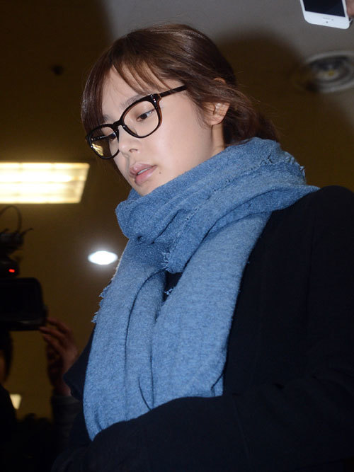 Gương mặt Park Shi Yeon thoáng chút mệt mỏi. Trước đó, cô thừa nhận việc sử dụng propofol theo chỉ định của bác sĩ, và việc bị buộc tội khiến cô rất hoang mang, lo lắng.