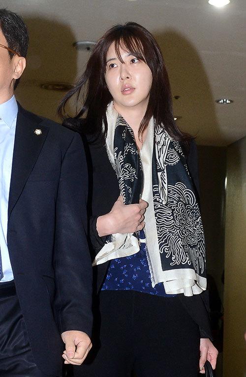 Diễn viên Jang Mi In Ae là một trong ba người đẹp đến với phiên xử sáng nay. Từ đầu tới cuối, nữ diễn viên này hoàn toàn bác bỏ những cáo buộc từ cảnh sát.