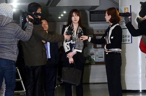 Jang Mi In Ae trong vòng vây báo chí.