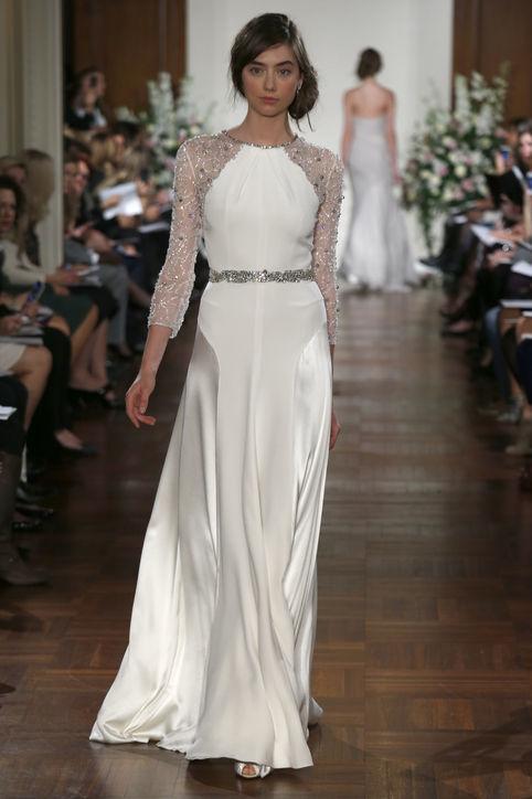 Một thiết kế phủ đá cầu kỳ khác của Jenny Packham. Được làm cách điệu từ kiểu váy yếm quyến rũ, chiếc váy này có những đường đắp vải khéo léo, đánh lừa thị giác của người đối diện. Cô dâu sẽ tự tin hơn khi mặc chiếc váy này.