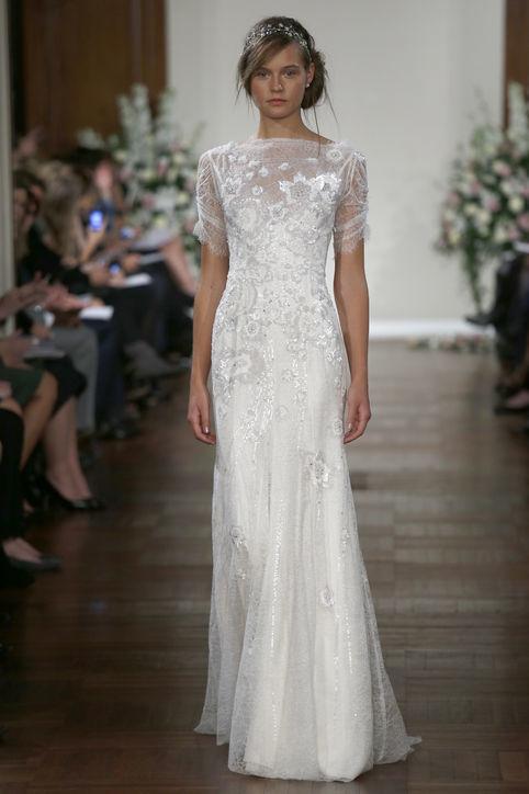 Váy có kiểu cổ thuyền đơn giản cũng thường được Adele lựa chọn vì nó che được bờ vai tròn của cô dâu nhưng nhìn vẫn thoáng đãng và duyên dáng.