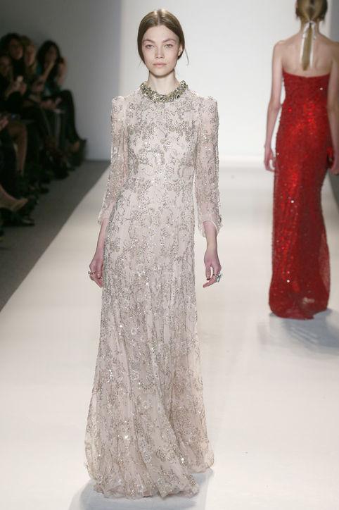 Chiếc váy kiểu cổ điển, có phần eo suông và tay dài, giúp Adele che được vòng hai.