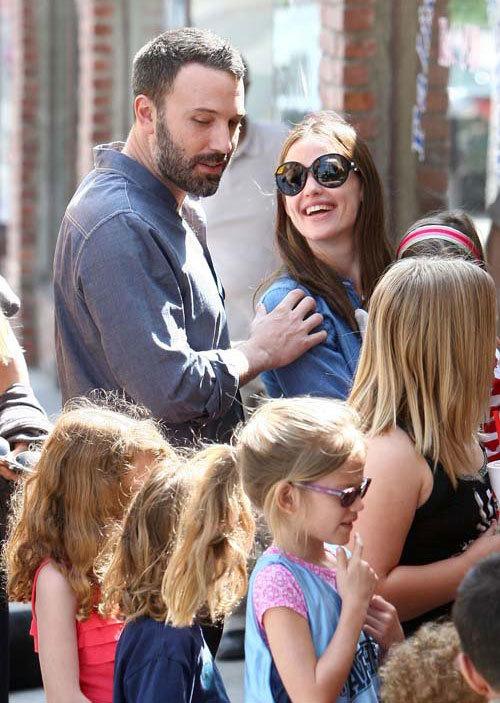 Vợ chồng Ben Affleck và Jennifer Garner rạng rỡ tới sân bóng ở Pacific Palisades (California) để cổ vũ cho con gái Violet.