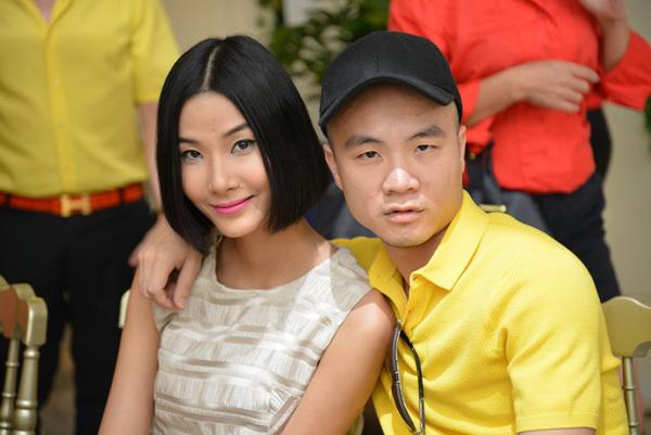 Nhà thiết kễ Đỗ Mạnh Cường khoác vai thân mật với Hoàng Thùy.
