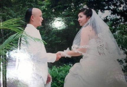 Vợ chồng Hanh hạnh phúc trong ngày cưới.
