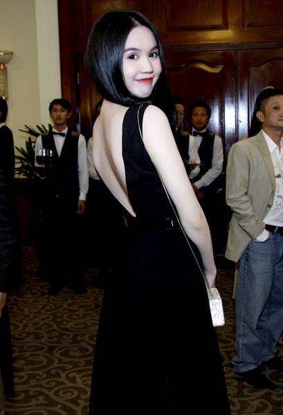 Sở hữu làn da trắng mịn như tuyết, Ngọc Trinh rất chuộng mặc trang phục gam màu tối đi sự kiện.
