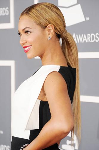 Beyonce nữ tình với kiểu tóc đuôi ngựa thấp thêm điểm nhấn dùng tóc làm dây buộc.