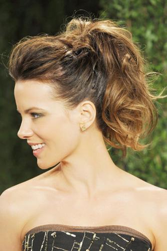 Một chút keo để giữ tóc vào nếp chính là bí quyết để có được kiểu tóc như Kate Beckinsale