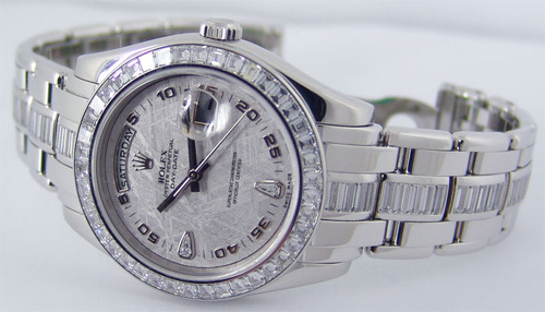 Platinum Pearlmaster 18956 là phiên bản được Rolex phát hành năm 2011. Model được trang trí bằng kim cương sang trọng. Giá trị của nó là 276.000 USD.