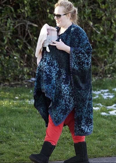Mới đây, nữ ca sỹ Adele đã xuất hiện cùng chồng Simon Konecki và con trai 5 tháng tuổi tại một khu vui chơi. Adele không giấu vóc dáng phì nhiêu của mình. Tuy nhiên, cô lập tức che mặt con sau khi phát hiện ký giả đang bám theo.