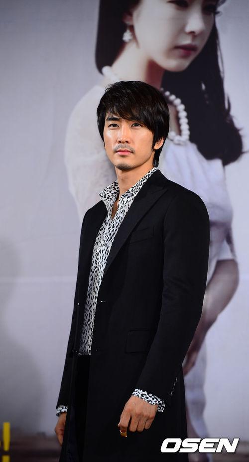 """Song Seung Hun góp mặt trong buổi họp báo ra mắt bộ phim mới """"When a man loves"""" tổ chức tại Seoul."""