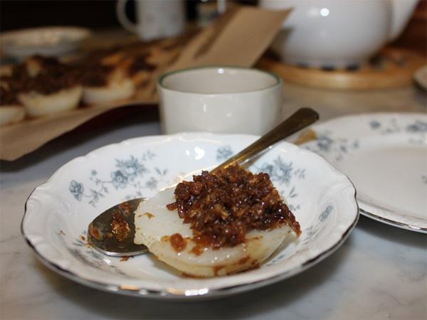 Chui Kueh là món bánh gạo nước, phía trên mặt bánh được phủ một lớp củ cải chiên tương ớt. Độ mịn và mượt của bánh chính là thước đo để đánh giá bánh gạo nước có ngon hay không.