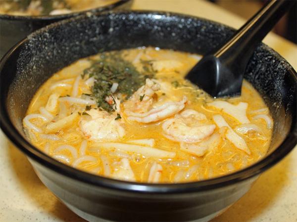 Laksa là đặc sản của người Peranakan (nhóm người Hoa định cư ở eo biển Malacca) và là trở thành một nét độc đáo trong ẩm thực Singapore. Laksa là sự hòa quyện của mỳ sợi cùng các loại hải sản như tôm, mực ống, chả cá trong nước cari cốt dừa vừa cay cay vừa béo ngậy. Bạn nên đến trung tâm ẩm thực Katong để thưởng thức món ăn này vì nơi đây nổi tiếng là chế biến món Laksa ngon nhất Singapore.