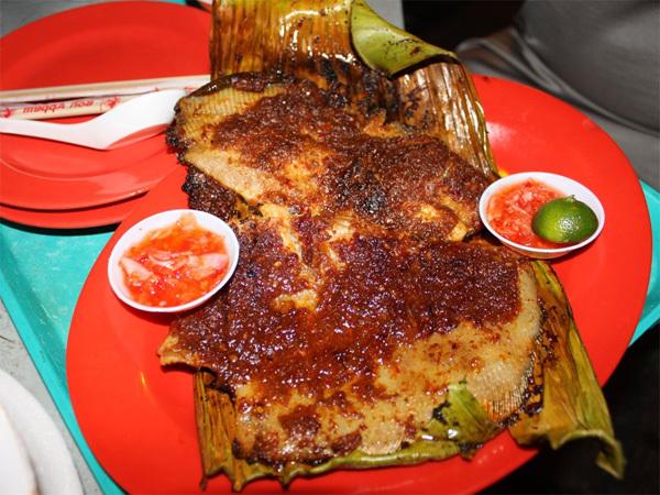 Cá đuối nướng là món ăn có xuất xứ từ Malaysia nhưng khi đến Singapore nó được biến hóa theo cách rất riêng và đặc trưng của đảo quốc sư tử. Cá đuối tươi được ướp với nước sốt sambal chế biến từ hỗn hợp ớt tươi, tỏi, hẹ, me và belacan, sau đó cuộn cá vào trong lá chuối và đem nướng. Mùi thơm của cá nướng cùng vị cay cay của ớt đưa đẩy sẽ kích thích vị giác khiến du khách chỉ muốn ăn mãi không thôi.
