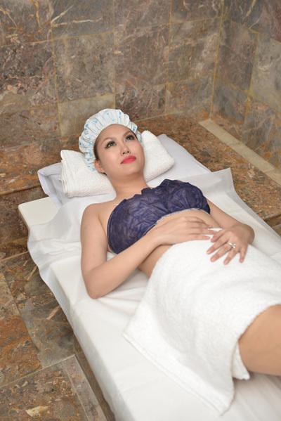 Một người bạn của diễn viên Phi Thanh Vân vừa chia sẻ với Ngoisao.net một số hình ảnh cô đi tắm trắng để 'lột xác'.