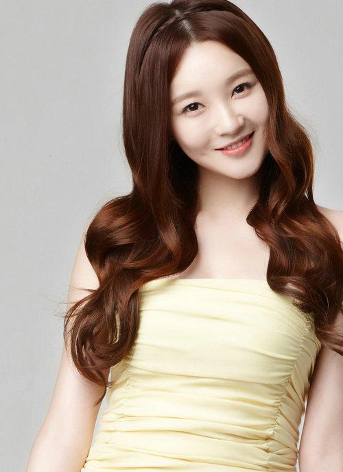 Kang Min Kyung của hiện tại xinh đẹp như búp bê.