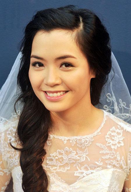 Bộ ảnh được thực hiện với sự hỗ trợ của chuyên viên trang điểm Toanh Tươi, áo cưới lamnhi.