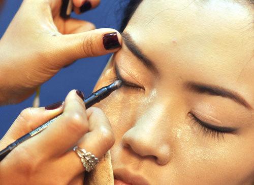 Đôi mắt của cô dâu to nhưng chưa tròn đều, chú ý khi vẽ đường mí mắt nên cân chỉnh cho đường cung mắt được tròn và đều.