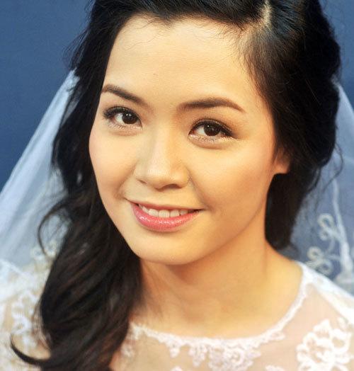 Sau khi trang điểm, gương mặt của Phương đã cân đối và tươi sáng hơn.