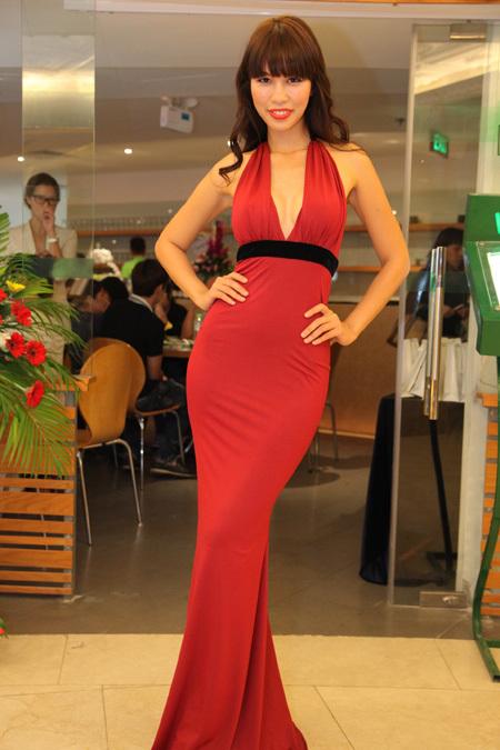 Người mẫu diện chiếc váy đỏ rất gợi cảm.