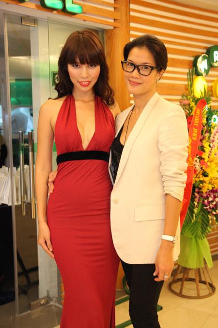 Hà Anh cũng đến chúc mừng cho bà chủ Kim Oanh.