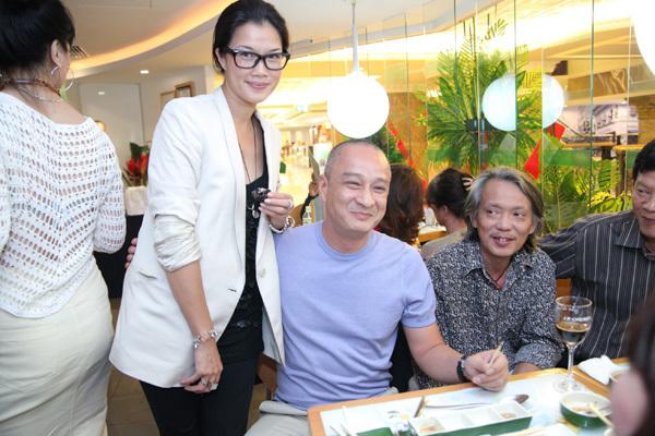 Kim Oanh ăn mặc giản dị và trang điểm nhẹ nhàng. Cô và ông xã tỏ ra rất tình cảm bên bạn bè nhưng khi phóng viên chụp hình thì hơi e ngại.