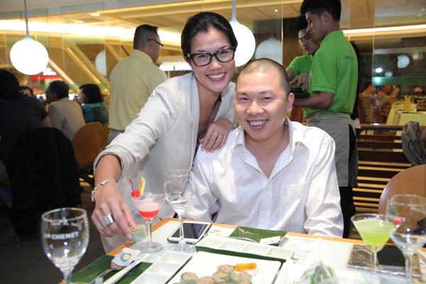 Diễn viên hài Hải Anh và bà chủ nhà hàng cười tươi tắn.