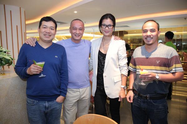 Vợ chồng Kim Oanh hạnh phúc khi bạn bè đến ủng hộ cho nhà hàng.