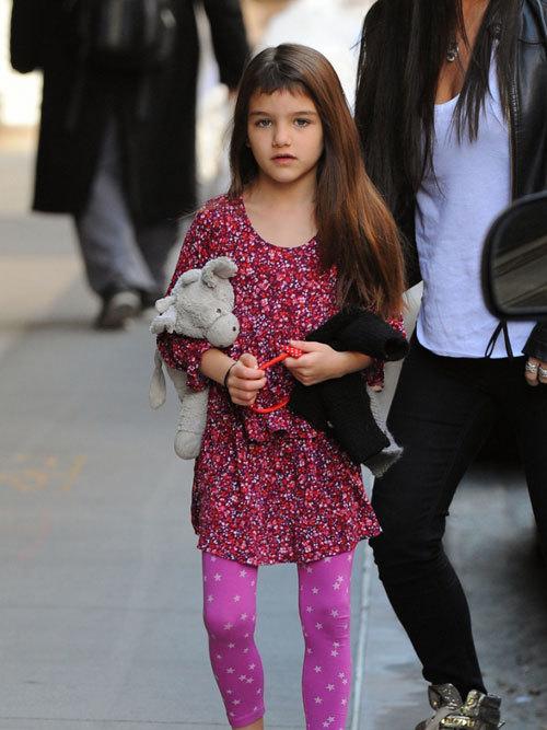Bình thường công chúa nhỏ 6 tuổi của Tom Cruise để tóc mái dài và thường cài bờm.