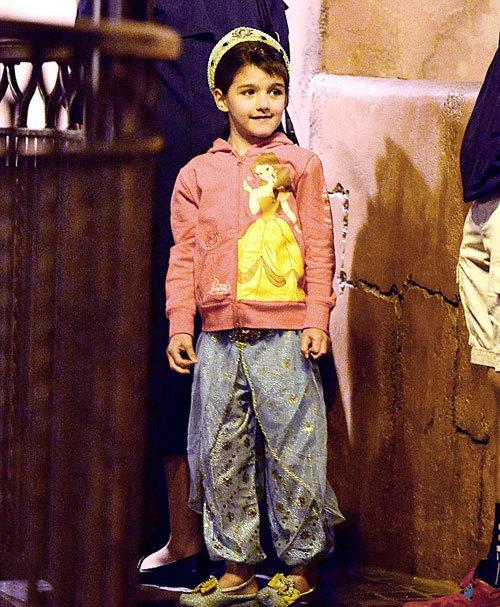 Cô bé mặc đồ như công chúa Ả Rập.