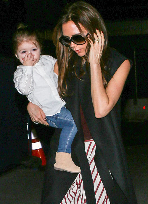 Được mẹ bế trên tay, bé yêu của Becks trông có vẻ buồn ngủ vì chuyến bay muộn.